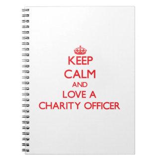 Guarde la calma y ame a un oficial de la caridad cuadernos