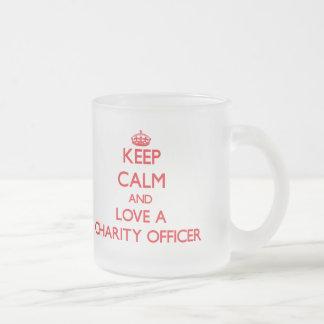 Guarde la calma y ame a un oficial de la caridad taza cristal mate