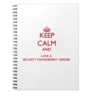 Guarde la calma y ame a un oficial de la gestión d libretas