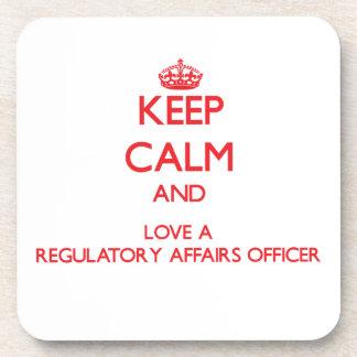 Guarde la calma y ame a un oficial regulador de lo posavasos