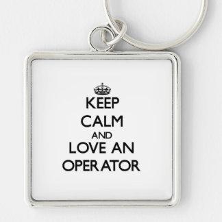 Guarde la calma y ame a un operador llavero cuadrado plateado