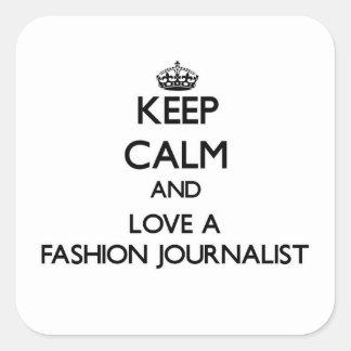 Guarde la calma y ame a un periodista de la moda calcomanias cuadradas