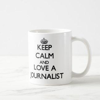 Guarde la calma y ame a un periodista taza básica blanca