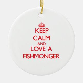 Guarde la calma y ame a un pescadero adorno redondo de cerámica