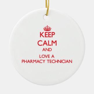 Guarde la calma y ame a un técnico de la farmacia adorno navideño redondo de cerámica