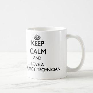 Guarde la calma y ame a un técnico de la farmacia taza clásica