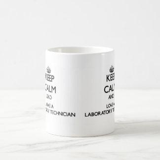 Guarde la calma y ame a un técnico de laboratorio taza básica blanca