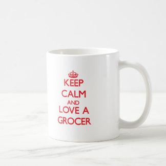 Guarde la calma y ame a un tendero taza clásica