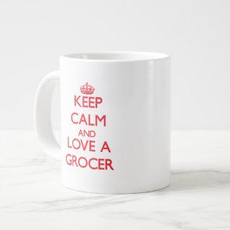 Guarde la calma y ame a un tendero taza grande