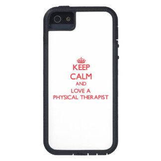 Guarde la calma y ame a un terapeuta físico iPhone 5 carcasas