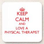 Guarde la calma y ame a un terapeuta físico posavasos