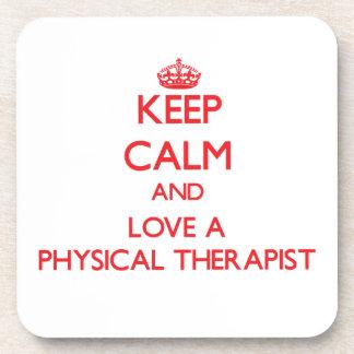 Guarde la calma y ame a un terapeuta físico posavasos de bebidas