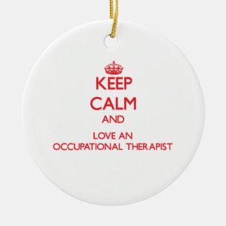 Guarde la calma y ame a un terapeuta profesional ornamento para arbol de navidad