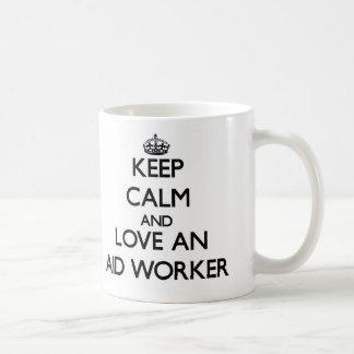 Guarde la calma y ame a un trabajador de ayuda taza de café