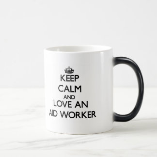 Guarde la calma y ame a un trabajador de ayuda tazas
