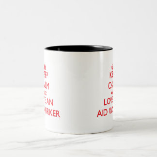 Guarde la calma y ame a un trabajador de ayuda tazas de café