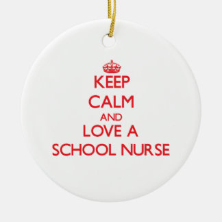 Guarde la calma y ame a una enfermera de la adorno navideño redondo de cerámica