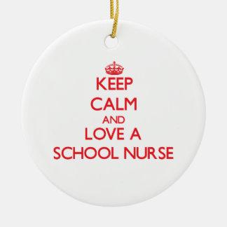 Guarde la calma y ame a una enfermera de la escuel ornamentos de reyes