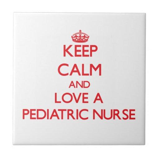 Guarde la calma y ame a una enfermera pediátrica azulejo cuadrado pequeño
