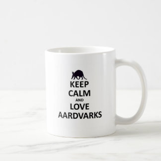Guarde la calma y ame aardvarks.jpg taza clásica