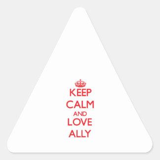Guarde la calma y ame al aliado pegatina triangular