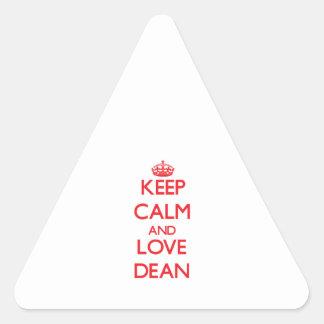 Guarde la calma y ame al decano pegatina triangular