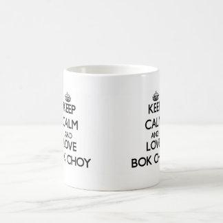 Guarde la calma y ame Bok Choy Taza Básica Blanca