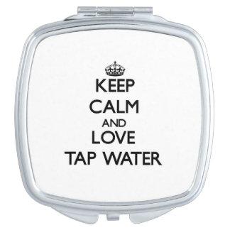 Guarde la calma y ame el agua del grifo espejos compactos