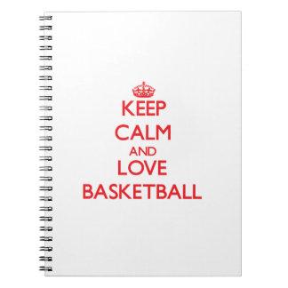 Guarde la calma y ame el baloncesto libro de apuntes con espiral