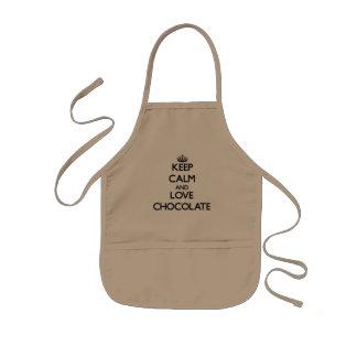 Guarde la calma y ame el chocolate delantal infantil
