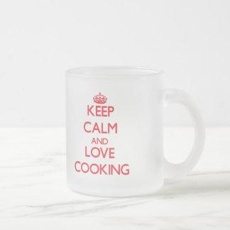 Guarde la calma y ame el cocinar tazas de café