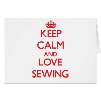 Guarde la calma y ame el coser tarjeta de felicitación