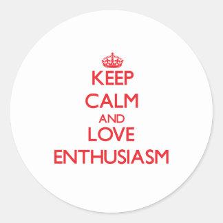 Guarde la calma y ame el entusiasmo etiqueta redonda