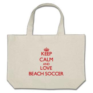 Guarde la calma y ame el fútbol de la playa bolsa lienzo