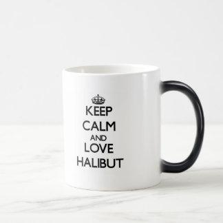 Guarde la calma y ame el halibut taza mágica