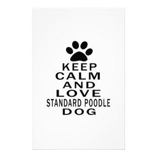 Guarde la calma y ame el perro de caniche estándar