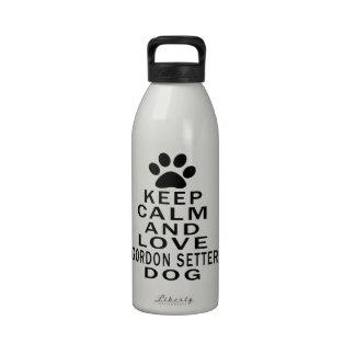 Guarde la calma y ame el perro del organismo de Go Botallas De Agua