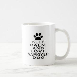 Guarde la calma y ame el perro del samoyedo taza básica blanca