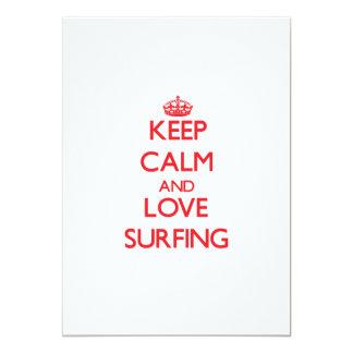 """Guarde la calma y ame el practicar surf invitación 5"""" x 7"""""""