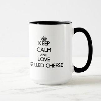 Guarde la calma y ame el queso asado a la parrilla taza