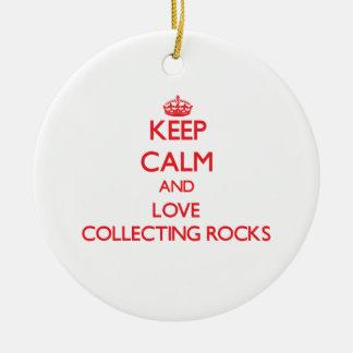 Guarde la calma y ame el recoger de rocas ornamentos de reyes