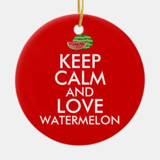 Guarde la calma y ame el regalo del personalizable adorno navideño redondo de cerámica