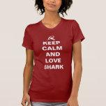 Guarde la calma y ame el tiburón camiseta