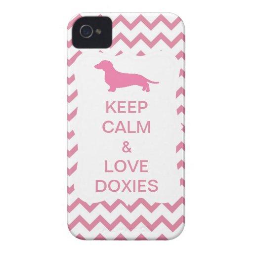 Guarde la calma y ame el zigzag rosado de los Doxi iPhone 4 Cobertura