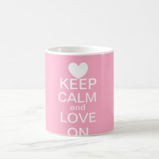 Guarde la calma y ame en la taza