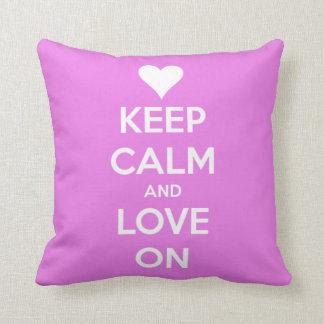 Guarde la calma y ame en rosa almohadas