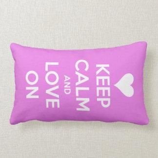 Guarde la calma y ame en rosa almohada
