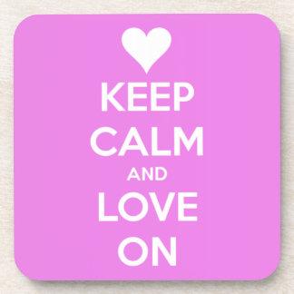 Guarde la calma y ame en rosa posavaso