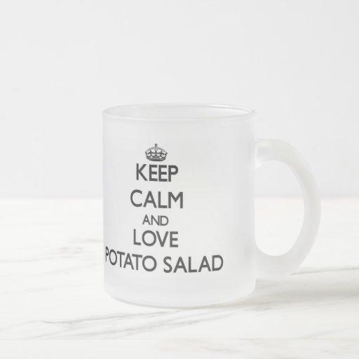Guarde la calma y ame la ensalada de patata tazas