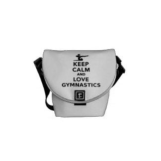 Guarde la calma y ame la gimnasia bolsas de mensajería